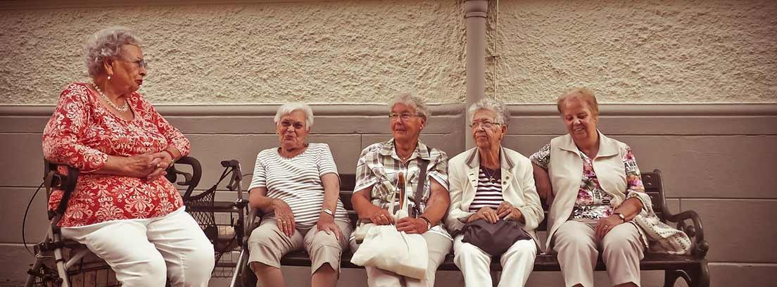 Ancianas en un banco