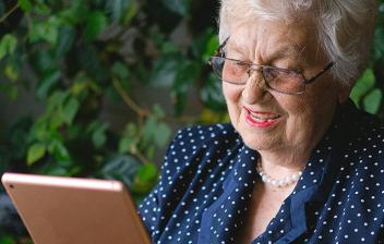 Mujer de avanzada edad maneja una tableta