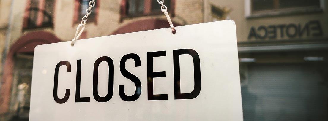 """Cartel de """"closed"""" (cerrado) en un negocio"""