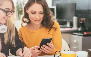 Mujeres mirando un móvil