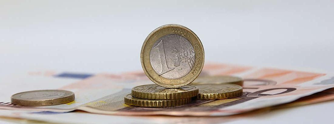 Monedas de euro sobre un billete