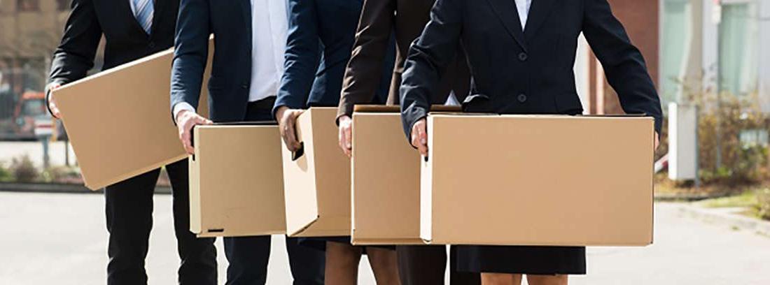 personas con cajas disfrutando de la jubilación anticipada tras un despido