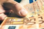 Hombre mostrando un billete de 50 euros