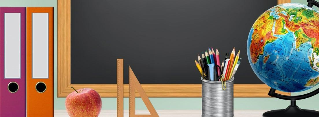 Ilustración una pizarra, un globo terráqueo, carpetas, bote con lápices, manzana y reglas dentro de un aula