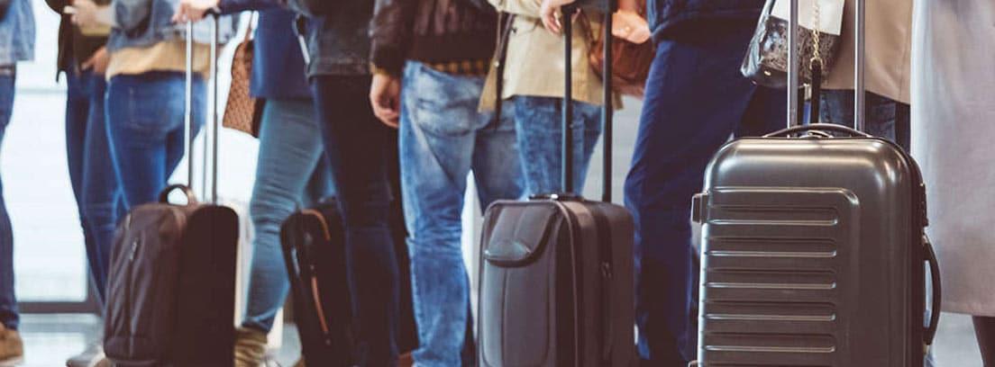 Personas con maletas