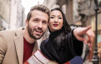 Hombre y mujer de turismo mirando un mapa
