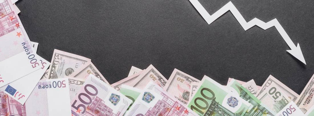 Billetes de euro y flecha apuntando hacia abajo
