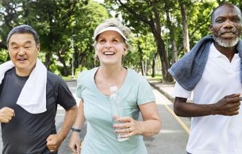 tres personas mayores disfrutando de la pensión de viudedad para divorciados