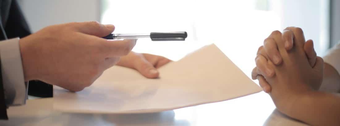 Papel, bolígrafo y posible firma de contrato