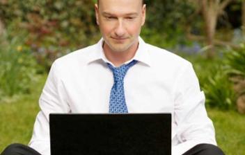 Hombre con ordenador