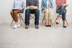Candidatos esperando su turno para una entrevista de trabajo