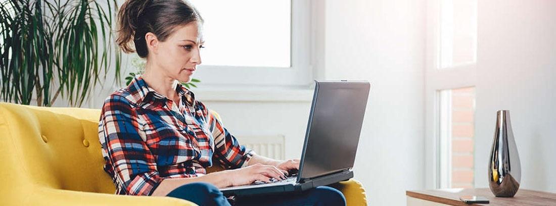 Mujer usando un ordenador portátil