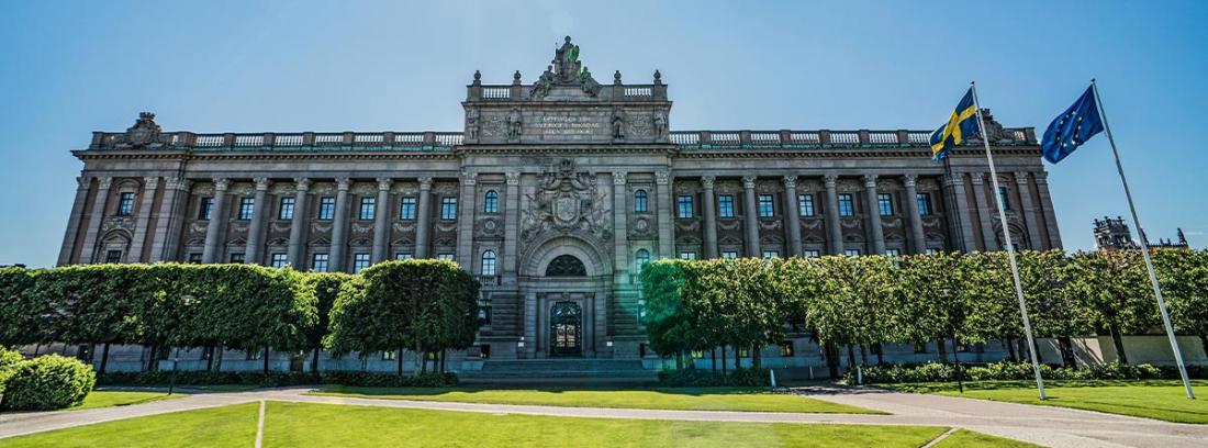 Palacio con la bandera de Suecia y de la Unión Europea