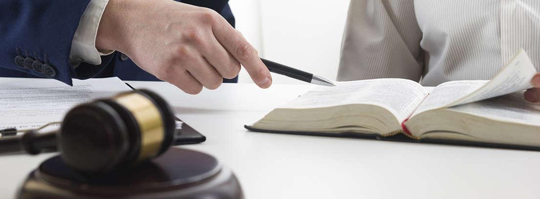 Las manos de un hombre firmando un papel