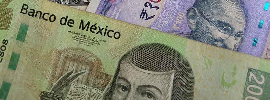 Billetes de dólar norteamericano, rupia india y peso mexicano