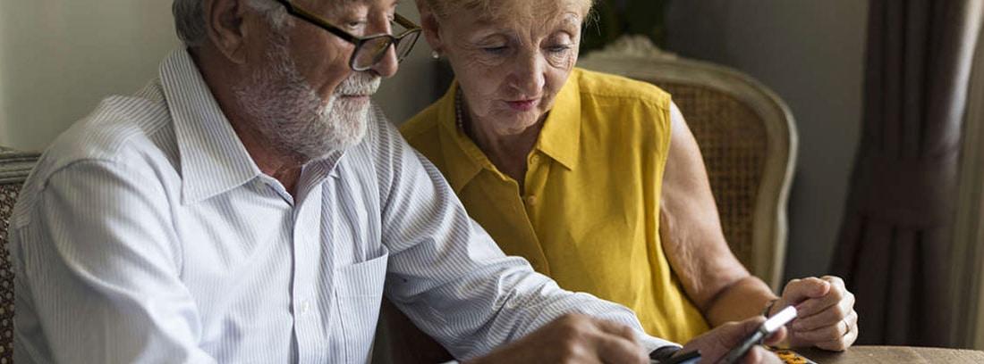 Hombre y mujer mirado un móvil