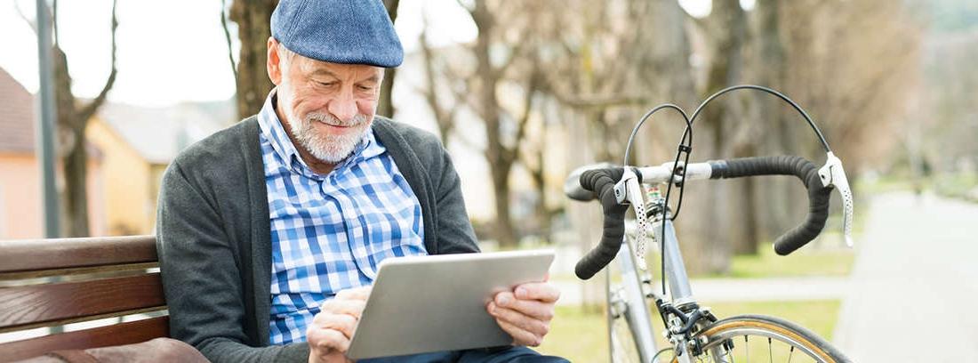 hombre maduro con casco y sobre una bicicleta de montaña.