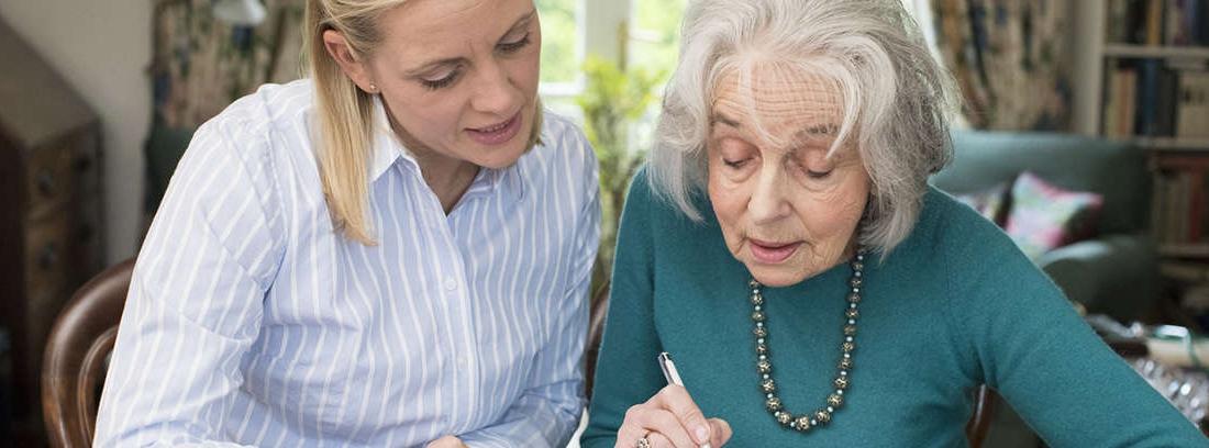 Una pareja tomando notas junto a un café