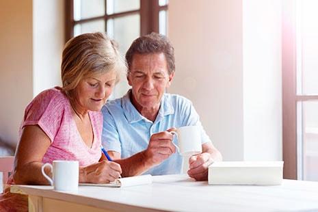 Una pareja toma notas junto a un café