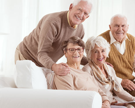 ancianos sentados en un sofá blanco