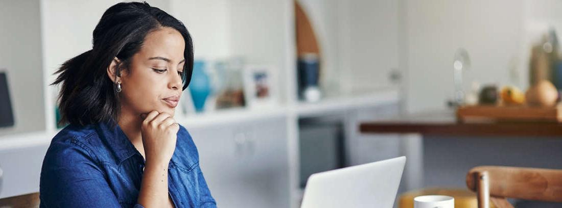 Mujer usando la calculadora