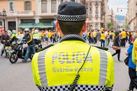 Espalda de un policía urbano