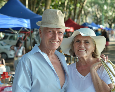 pareja de edad avanzada sonrientes y con actitud relajada