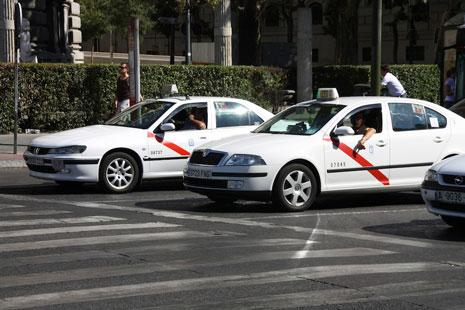 Dos taxis parados en un paso de peatones