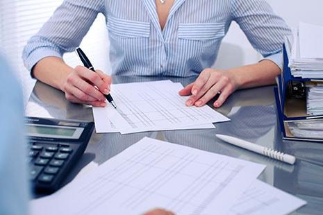 Mujer calculando la declaración de la renta 2017