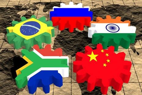Cinco ruedas dentadas de cinco banderas de países del mundo.