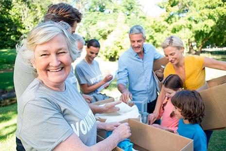 Mujer mayor realizando labores de voluntariado