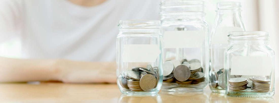 Hucha de cerdito rodeada de dinero
