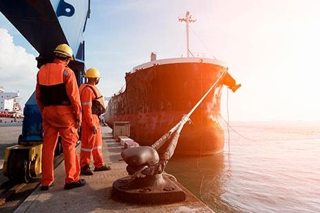 Trabajadores uniformados en puerto de mar