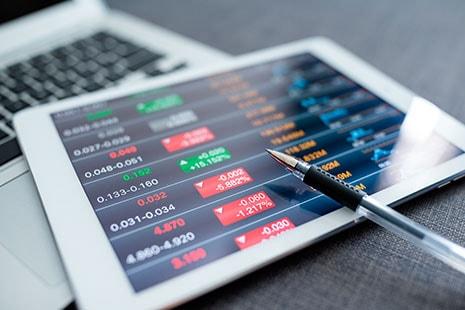Tableta con valores , cifras y gráficos económicos