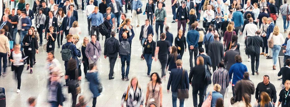 Vista general de una gran aglomeración de personas