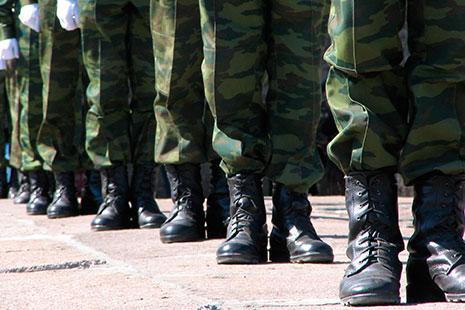 Vista parcial inferior de hilera de militares en formación