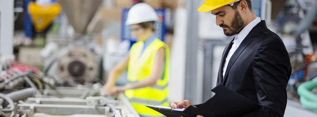 Hombre en fábrica usando un ordenador portátil