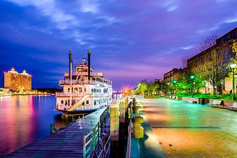 Barco atracado en puerto fluvial de ciudad