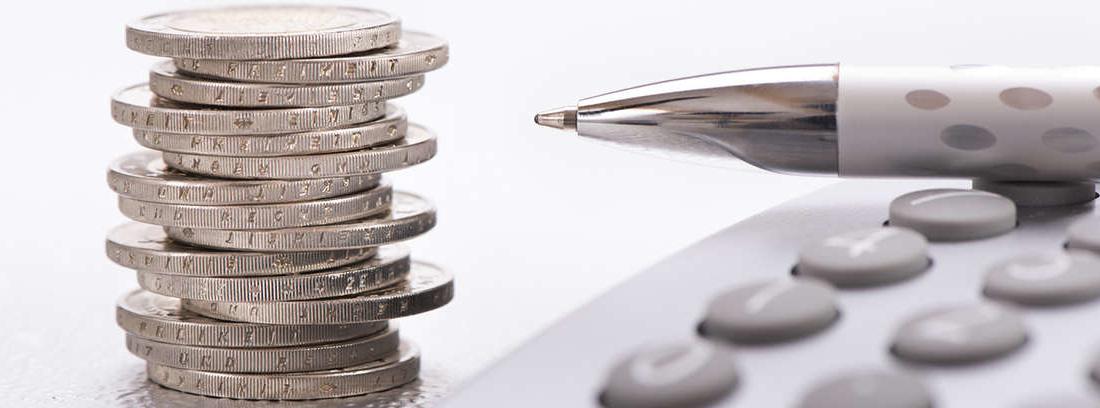 Pila de dinero que representa la recaudación de impuestos