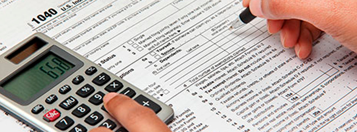 Mano usando calculadora sobre formulario