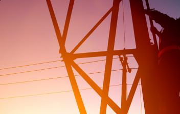 Hombre en una subestación eléctrica