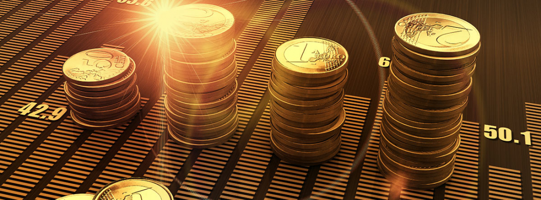 monedas apiladas sobre un gráfico