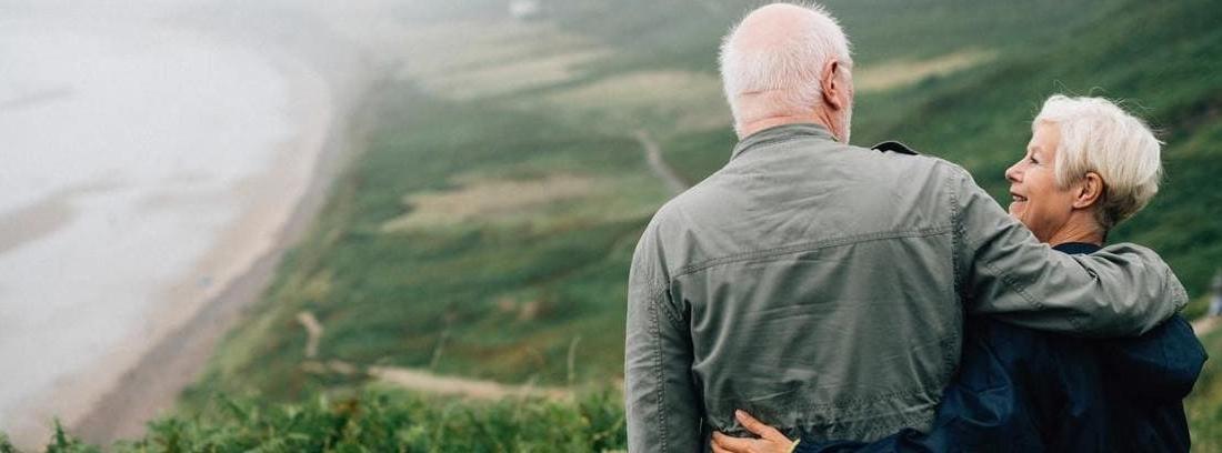 Pareja mayor disfrutando de su jubilación a los 61 años