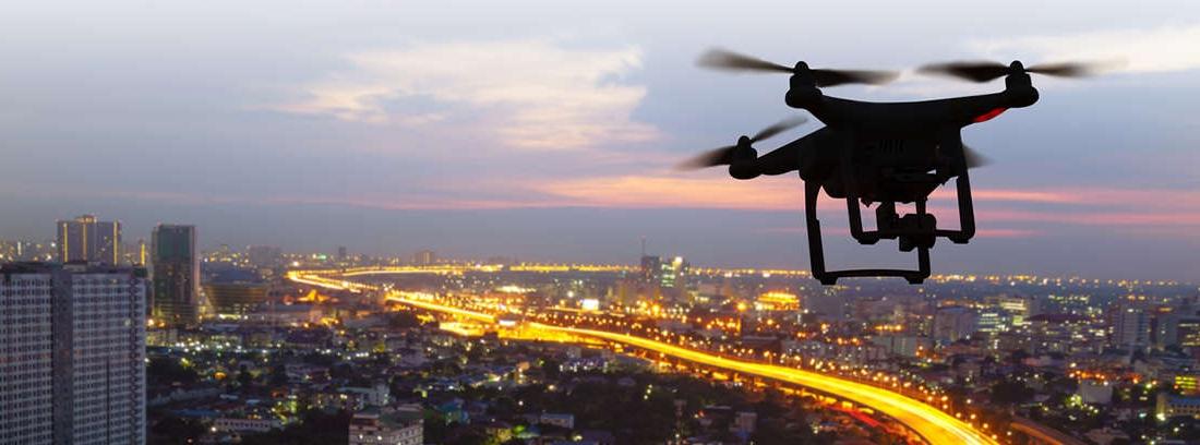 Dron en vuelo sobre una zona verde
