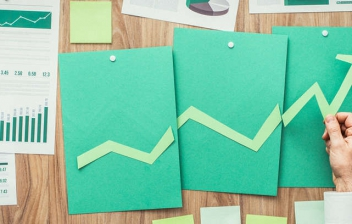 Varios folios de colores con gráficos