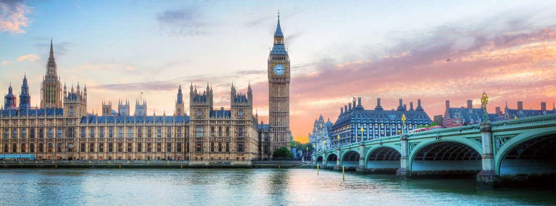 Calle de Londres. Al fondo, el Parlamento inglés y el Big Ben.