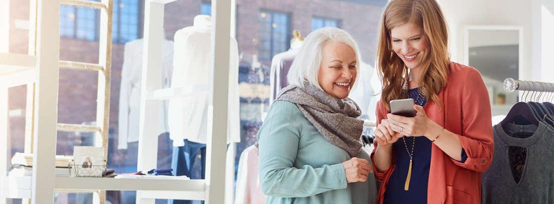 mujer mayor disfrutando de los descuentos para mayores de 60 años