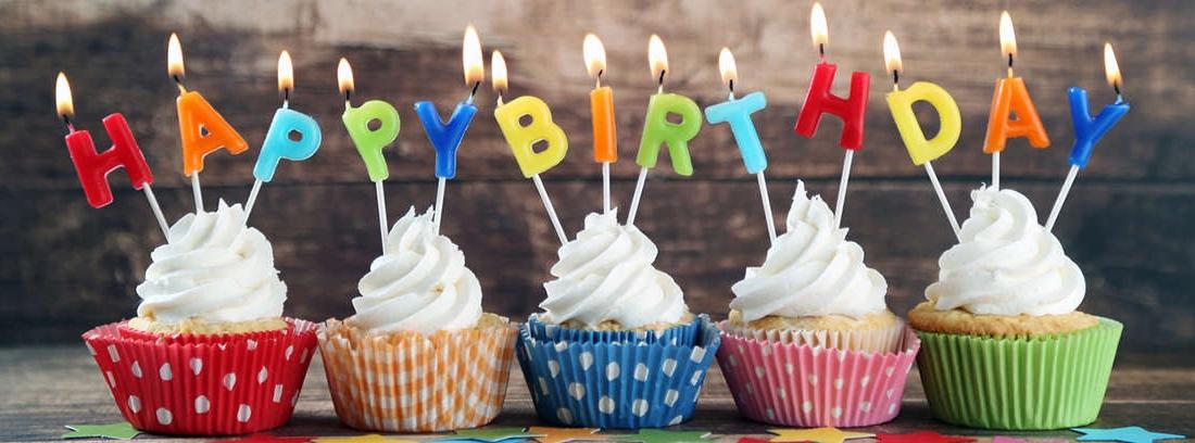 Globo verde con las palabras escritas happy birthday.