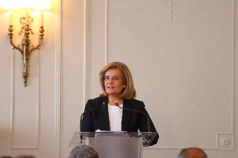 Ministra de Empleo, Fátima Báñez, hablando frente a los micrófonos de un atril