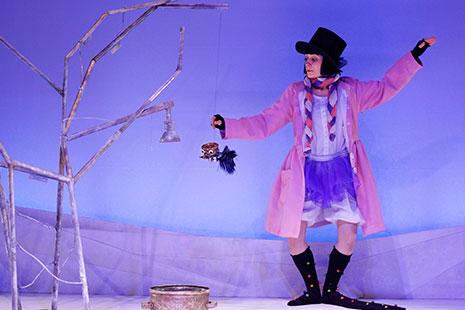 Persona disfrazada sobre un escenario